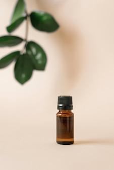 Glazen oliefles en tropische plantenbladeren