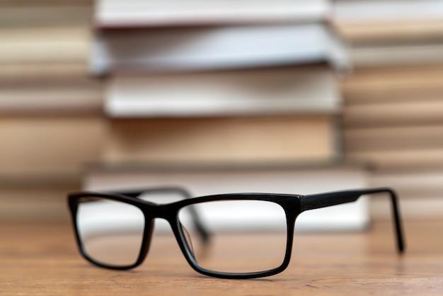 Glazen op de achtergrond van boeken. symbool van kennis, wetenschap, studie, wijsheid.
