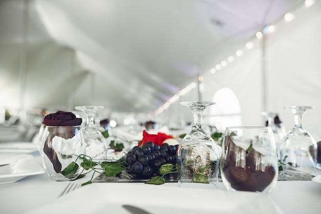 Glazen op een tafel