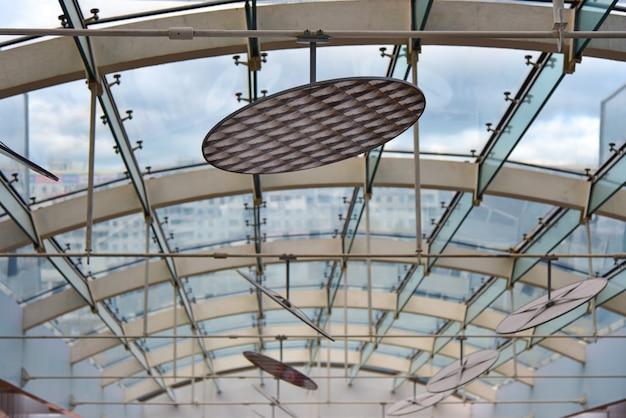 Glazen plafond met lampen in het gebouw