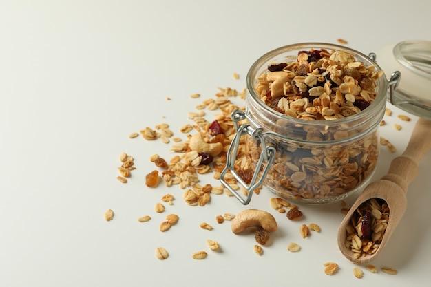 Glazen pot en schep met granola