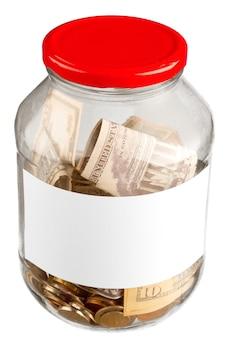 Glazen pot met geld en rood deksel op witte achtergrond