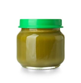 Glazen pot met gezonde babyvoeding op wit