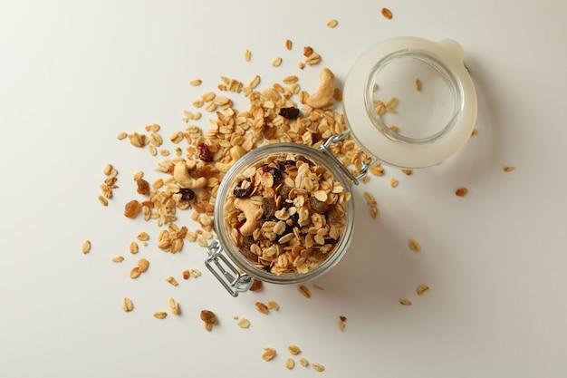 Glazen pot met granola, noten en rozijnen