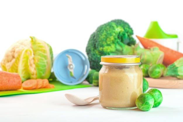 Glazen pot met natuurlijke babyvoeding geïsoleerd