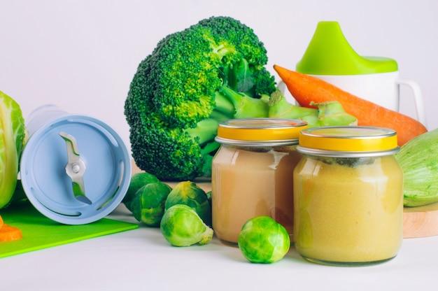 Glazen pot met natuurlijke babyvoeding op tafel