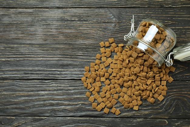 Glazen pot met voer voor huisdieren op houten