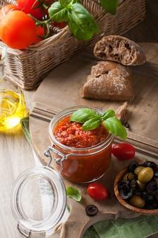 Glazen pot met zelfgemaakte tomatenpastasaus