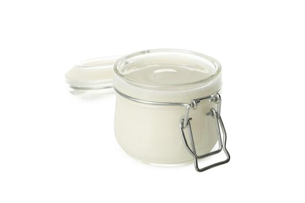 Glazen pot zure room yoghurt geïsoleerd op een witte achtergrond