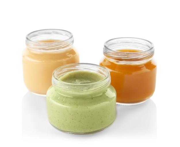 Glazen potjes met voedzame babyvoeding