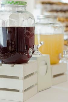 Glazen potten limonade op candy candy bar. catering. drankjes op huwelijksfeest