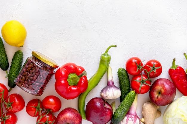 Glazen potten met kikkererwten en bonen en milieuvriendelijke groenten en fruit