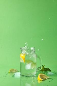 Glazen potten met koude natuurlijke zelfgemaakte cocktail