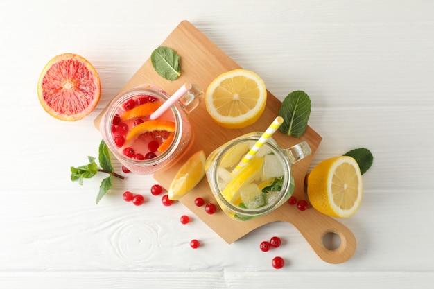 Glazen potten met limonade op houten oppervlak. vers drankje