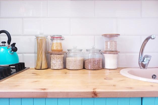 Glazen potten met producten