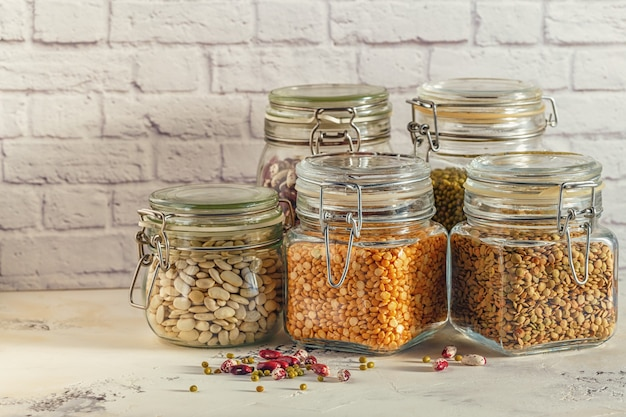 Glazen potten met verschillende peulvruchten
