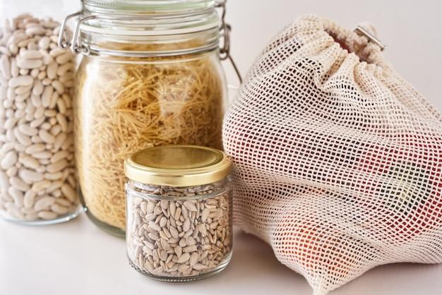 Glazen potten met voedselingrediënten. geen afvalconcept. keuken met milieuvriendelijke keukengerei