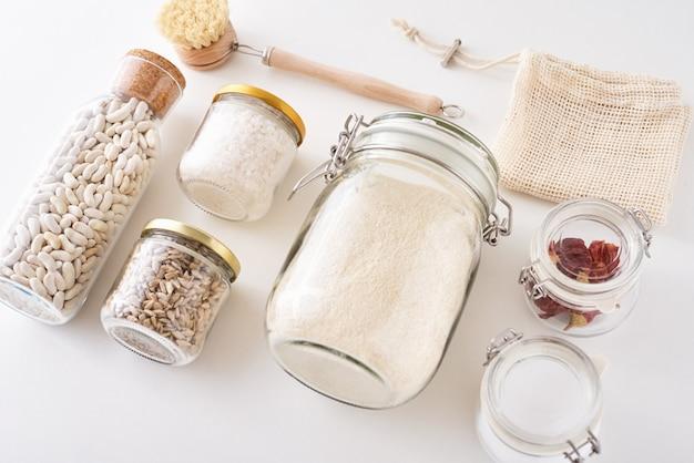Glazen potten met voedselingrediënten