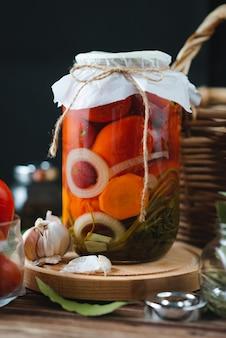 Glazen potten met zelfgemaakte ingemaakte tomaten