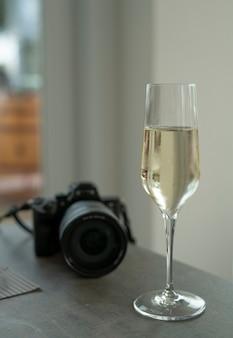 Glazen prosecco wijn en camera op tafel