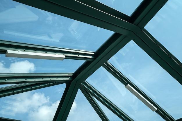 Glazen ramen op het dak van het metrostation
