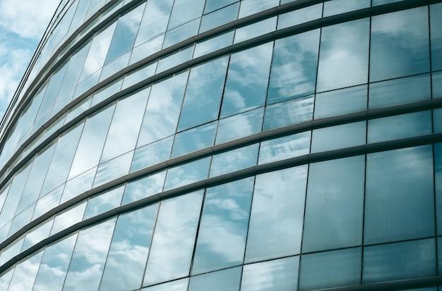 Glazen ramen van een kantoorgebouw in een moderne stad in het financiële district