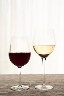 Glazen rode en witte wijn