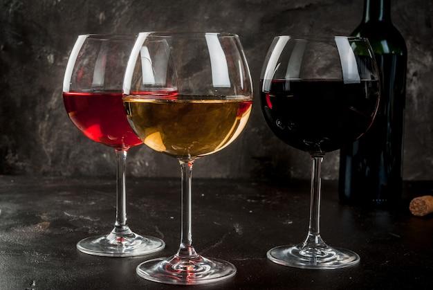 Glazen rode, roze en witte wijn