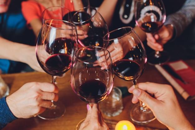 Glazen rode wijn. het concept van feest en feest.