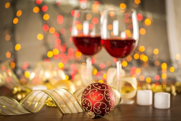 Glazen rode wijn op vage vakantieachtergrond