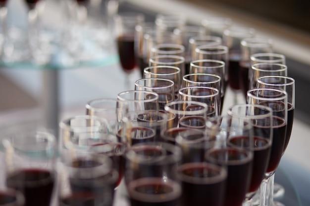 Glazen rode wijn
