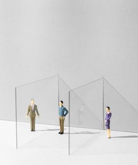 Glazen scheidingswand tussen mensen voor bescherming tegen het coronavirus