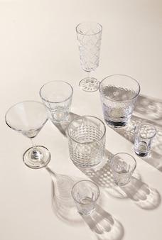 Glazen sets op het lichte oppervlak met schaduwen