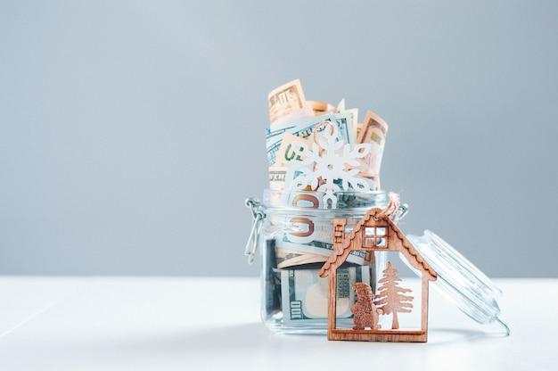 Glazen spaarvarken vol geld. kerstmis en nieuwjaar concept