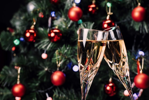 Glazen sprankelende champagne roosteren