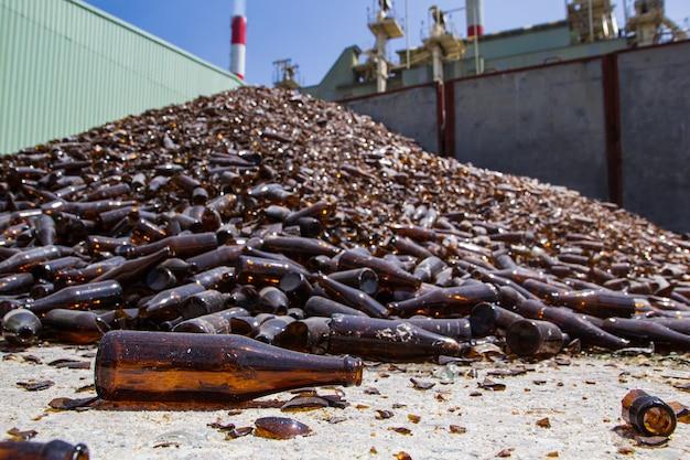 Glazen stapel bruine flessen in de fabriek van de recyclingindustrie