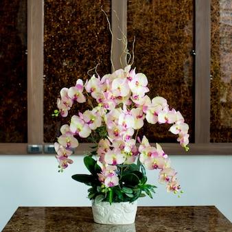 Glazen vaas met bloemen, een prachtig ornament in een bruiloft