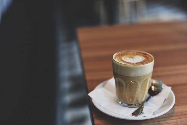 Glazen vaas met koffie