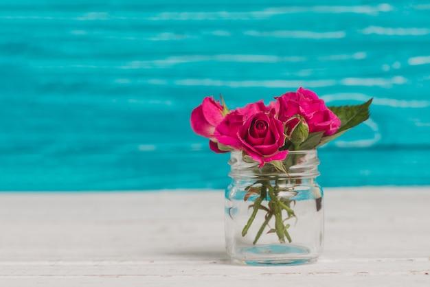 Glazen vaas met mooie bloemen