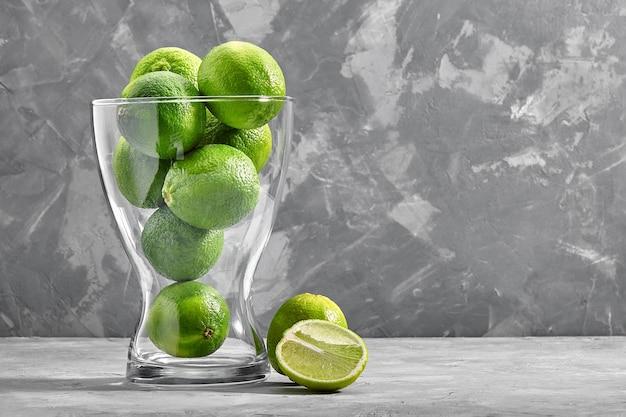 Glazen vaas vol groene limoenen