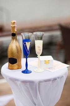 Glazen van de bruid en bruidegom op de tafel van de huwelijksceremonie