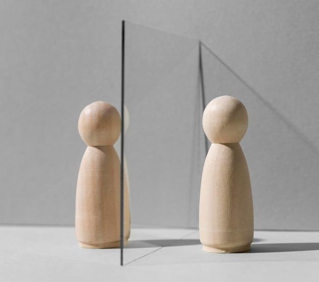 Glazen verdeler tussen houten pionnen voor bescherming tegen het coronavirus