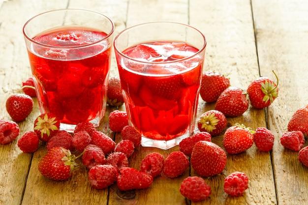 Glazen verfrissend drankje met bessen