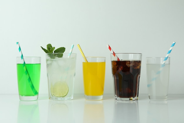 Glazen verschillende soda geïsoleerd op een witte ondergrond