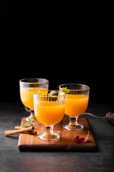 Glazen verse cocktails kopiëren ruimte