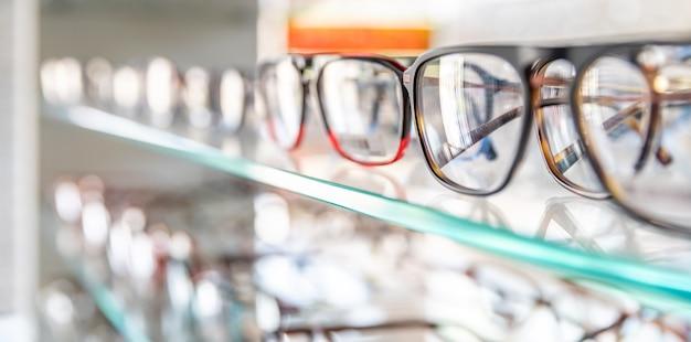 Glazen vitrine met dioptrische glazen