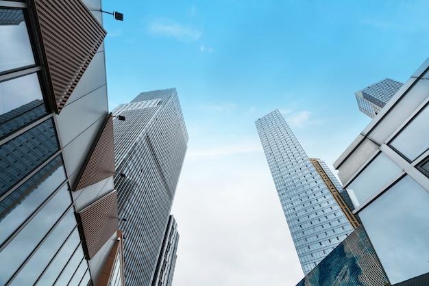 Glazen vliesgevel van wolkenkrabber in financieel centrum
