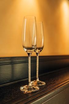 Glazen voor champagne en wijn in het restaurant