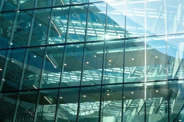 Glazen wand van modern kantoorgebouw