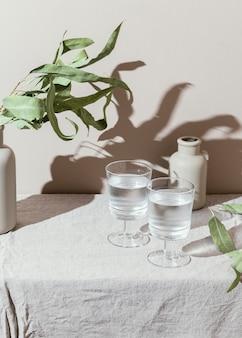 Glazen water met schaduw